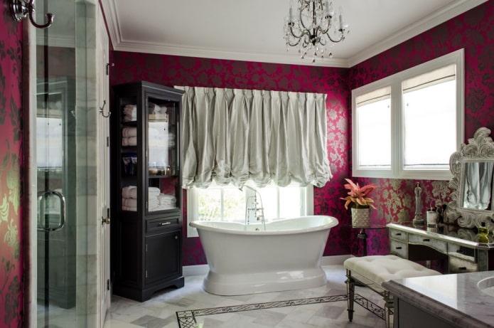 розовые обои и белые шторы