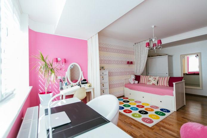 просторная детская комната с большим зеркалом