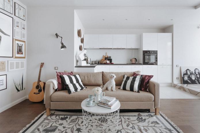 Классический прямой бежевый диван