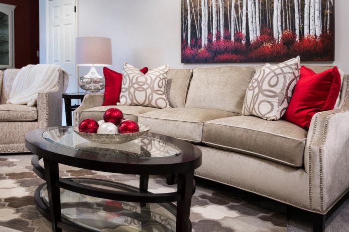 Бежевый диван с красными подушками