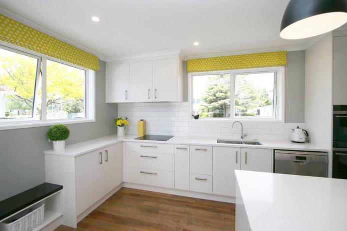 кухня с желтыми шторами