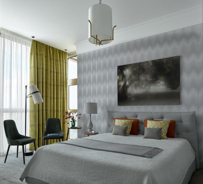 плотная штора в полоску современной спальне
