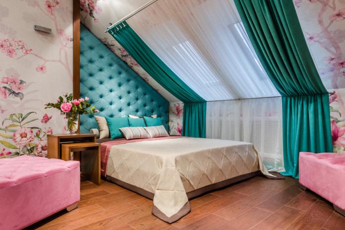 изумрудный шторы на мансардной спальне