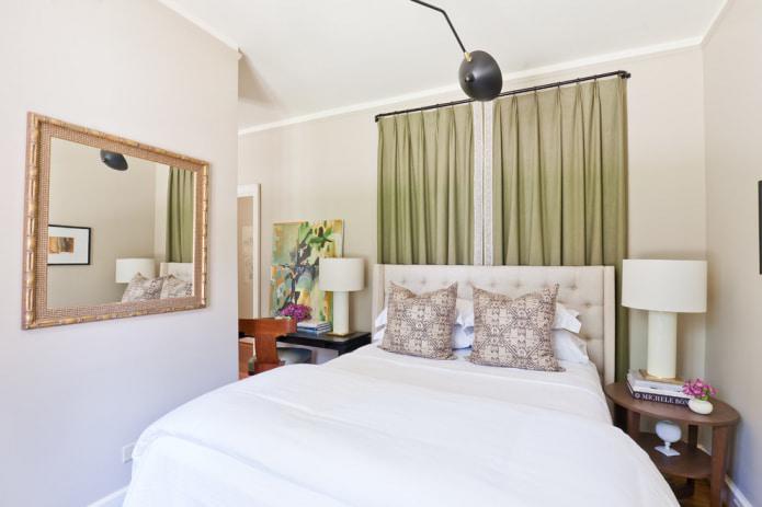 шторы цвета хаки в изголовье кровати