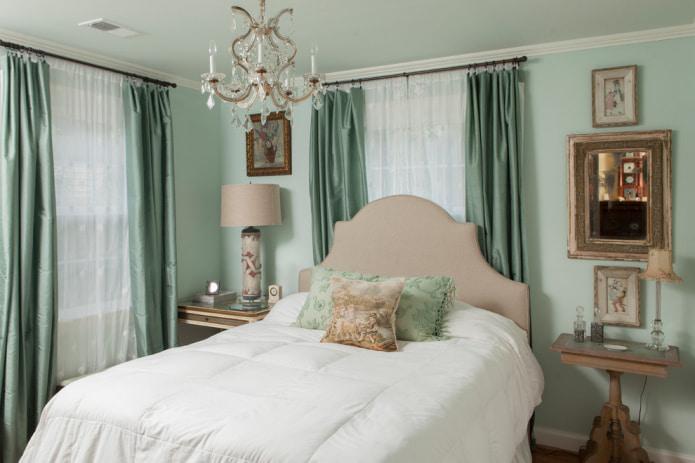 мятные классические портьеры в спальне