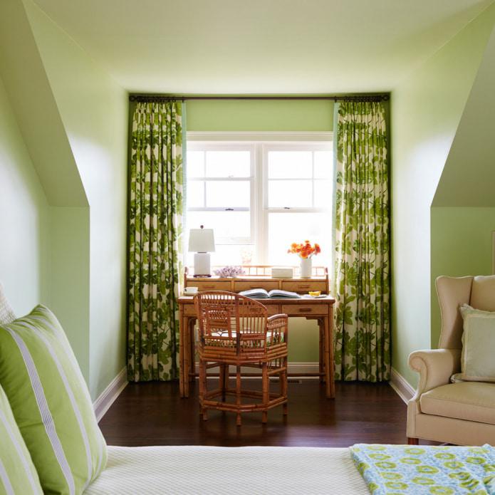 зеленые листья на шторах