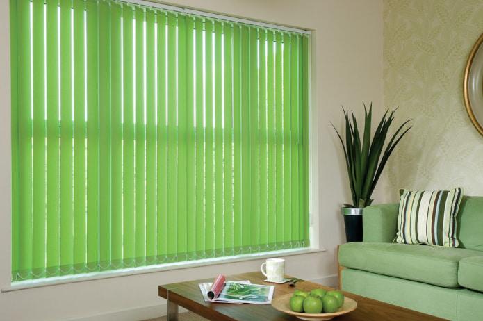 зеленые жалюзи в гостиной