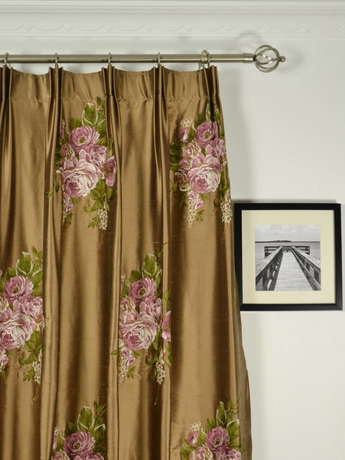 розовые цветы на шторах