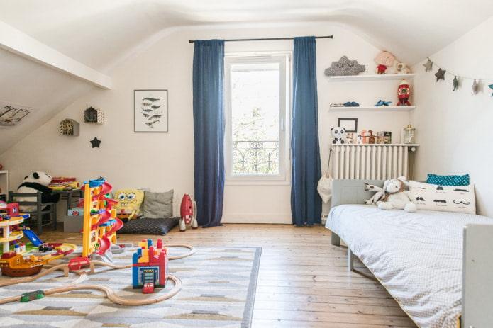 синие шторы в детской