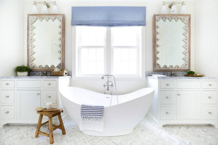 синяя штора на окне в ванной