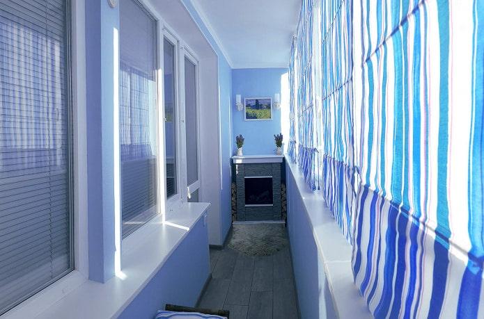 сине-белые шторы на лоджии