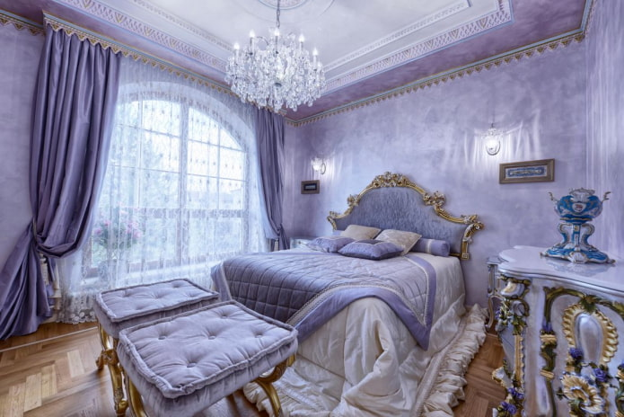 сиреневые портьеры в спальне в классическом стиле