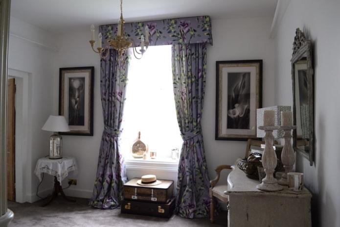 темно-сиреневые портьеры с цветочным узором