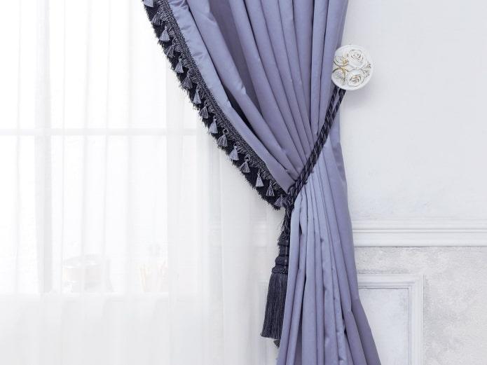 штора сиреневого цвета декорированная бахромой