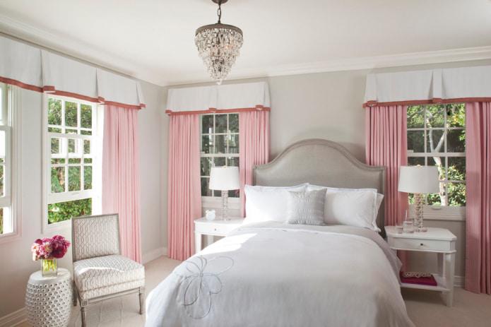 светло-розовые шторы в спальне