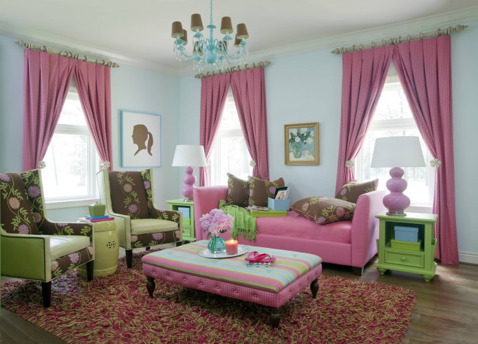 розовый диван и розовые шторы