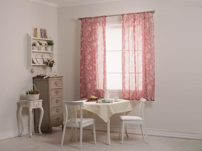 розовые занавески на кухне
