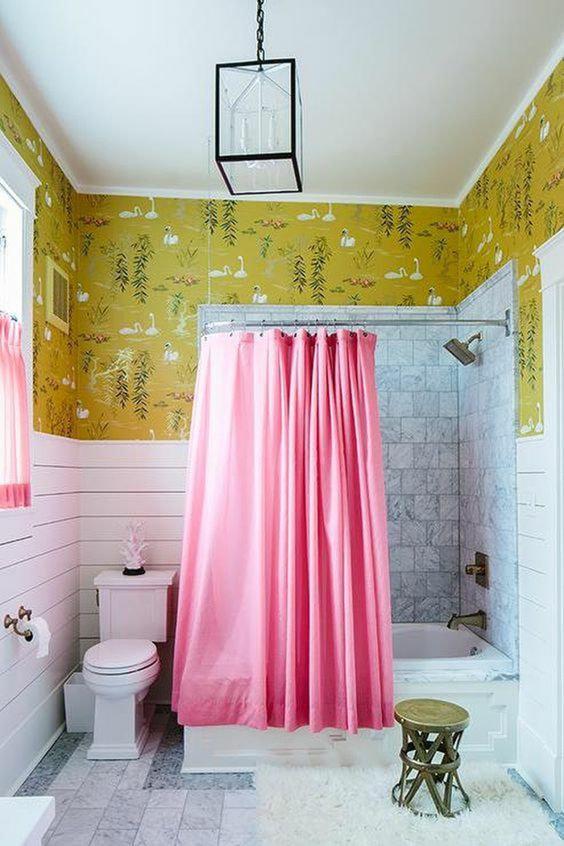розовые занавески в ванной