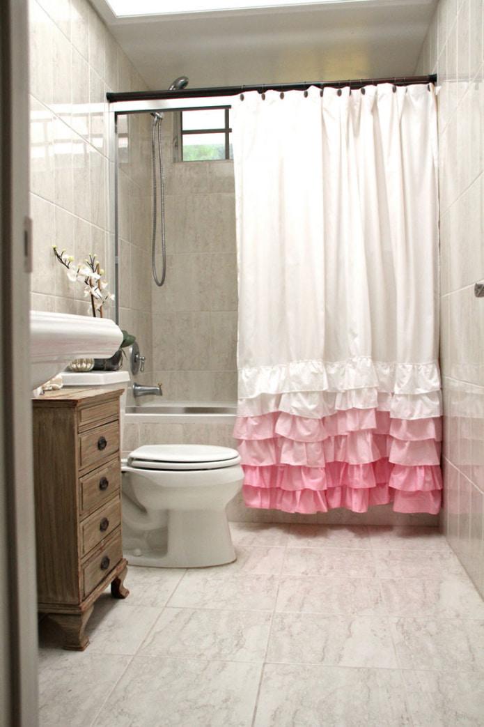 бело-розовая занавеска в ванной