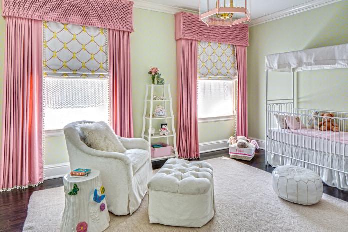 бело-розовые шторы в детской