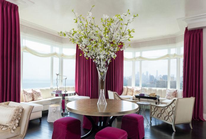 шторы цвета фуксия в гостиной