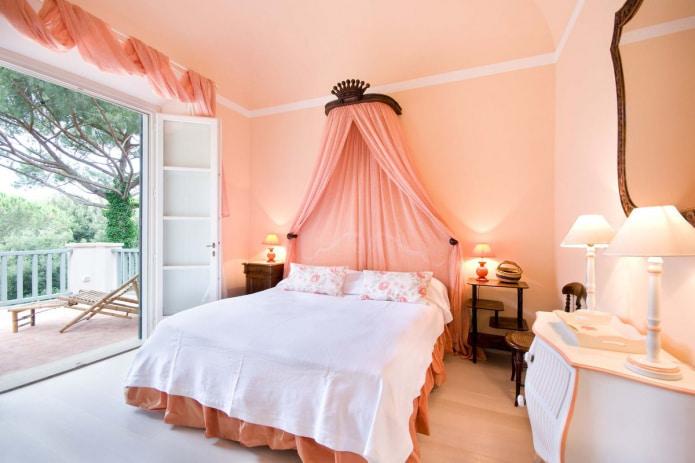 коралловые занавески в спальне