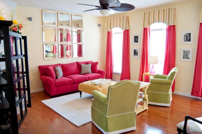 розовые занавески и розовый диван