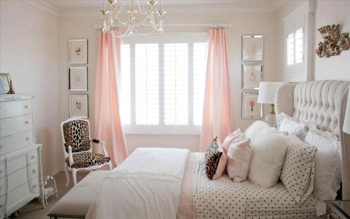 пудровые шторы в спальне