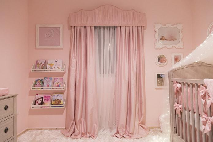 розовые шторы с розовыми обоями