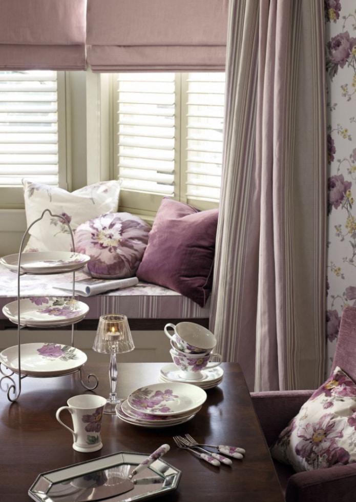 пепельно-розовые шторы в гостиной