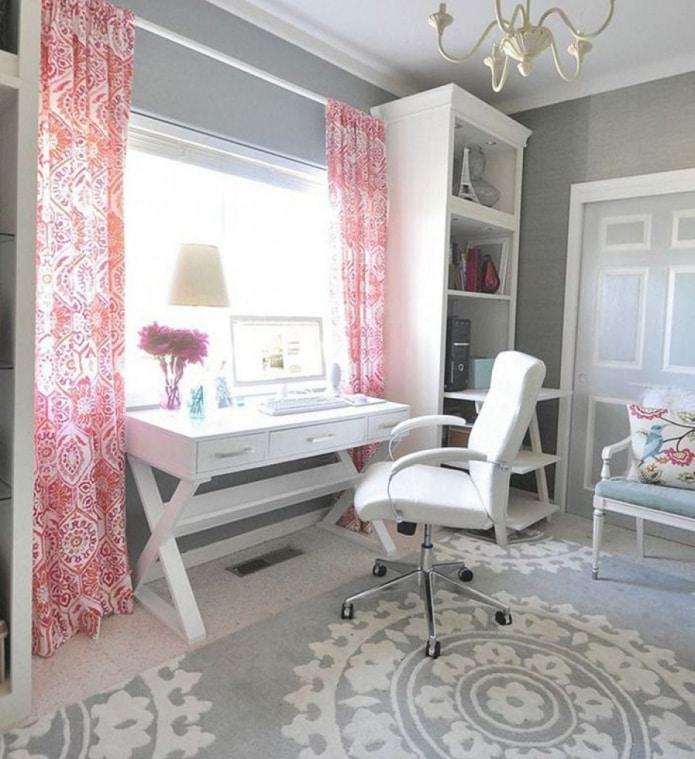 розовые шторы в кабинете