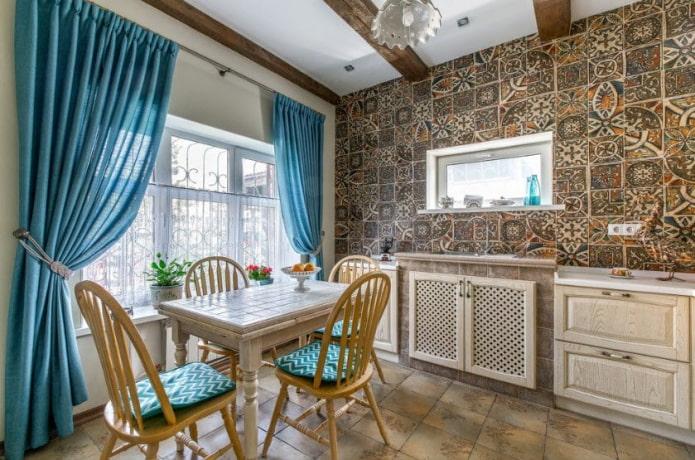 шторы с подхватами в интерьере кухни
