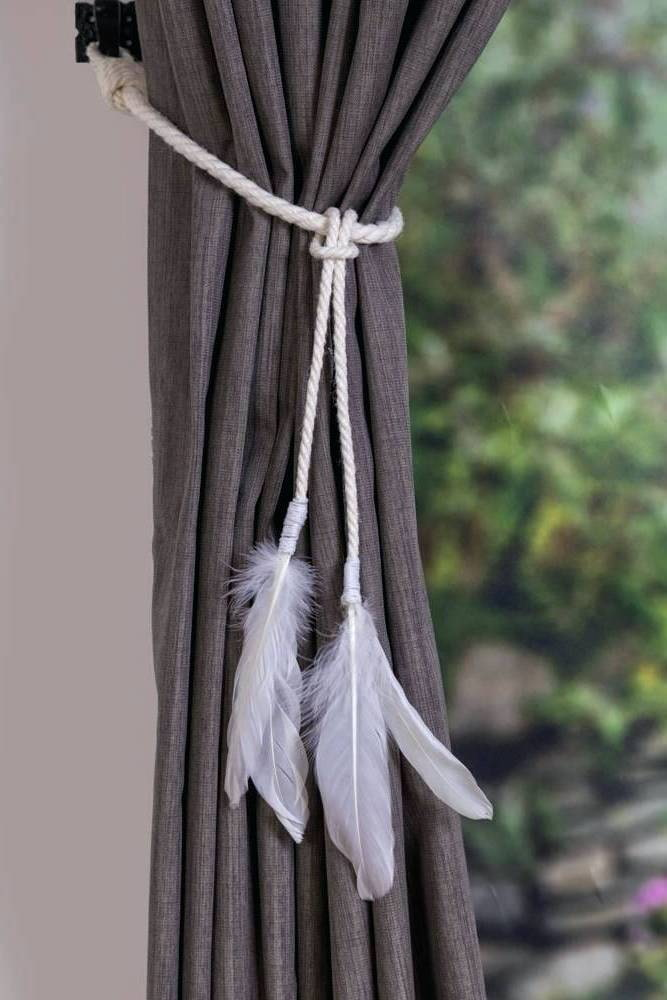 штора украшенная белым подхватом