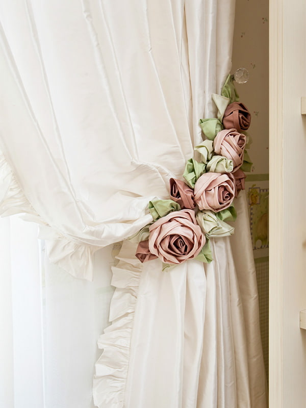 штора украшенная подхватом с цветами