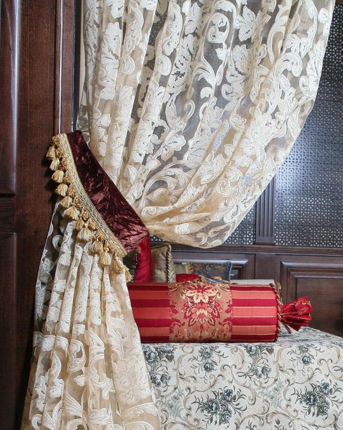 шторы украшенные подхватами с кистями