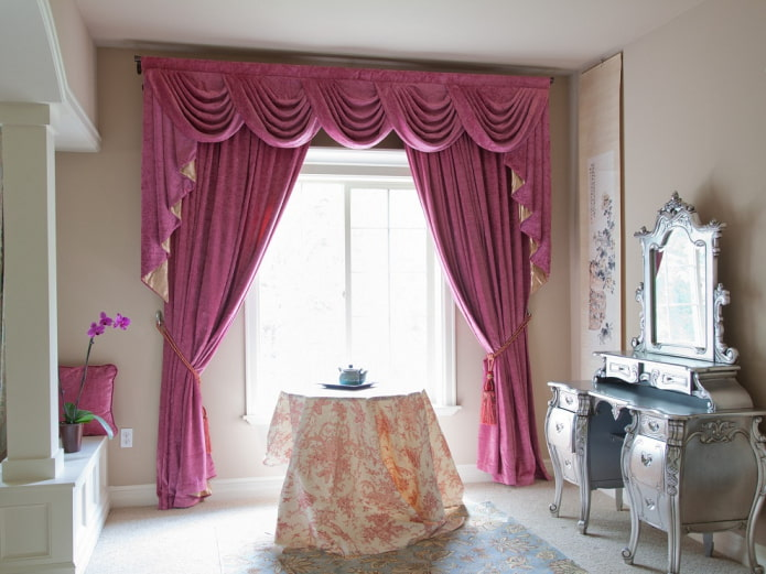 Розовый ламбрекен