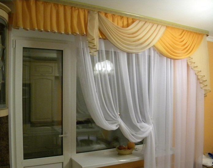 высокий ламбрекен на окно с балконом