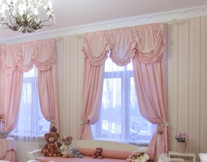 нежно-розовый декор окна