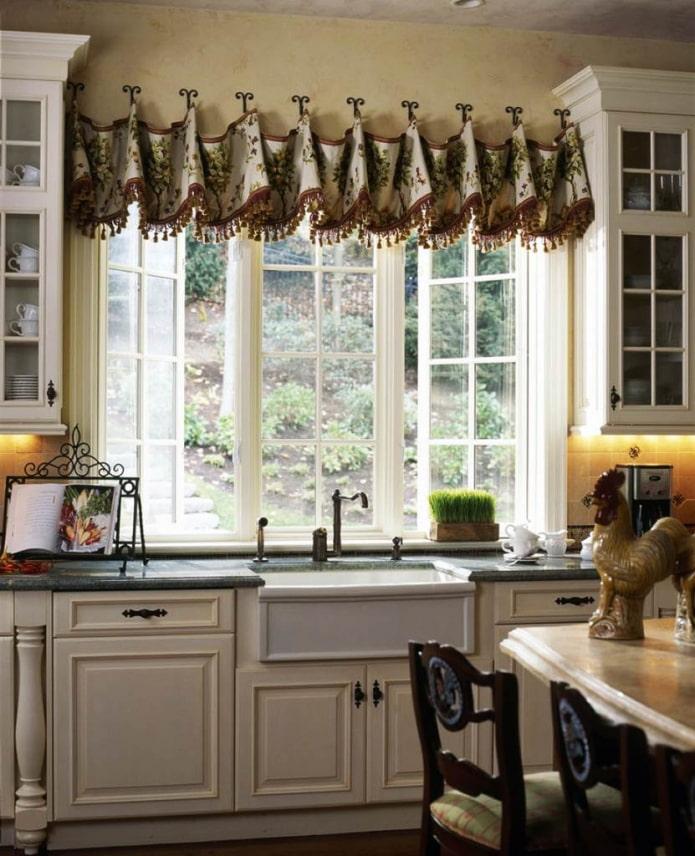 мягкие ламбрекены в интерьере кухни