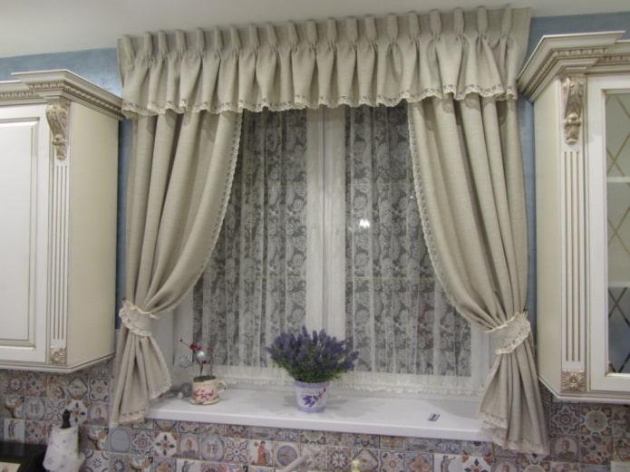 ламбрекены на маленьком окне в интерьере