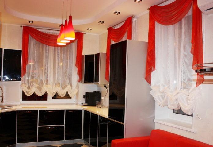 красные ламбрекены в интерьере кухни