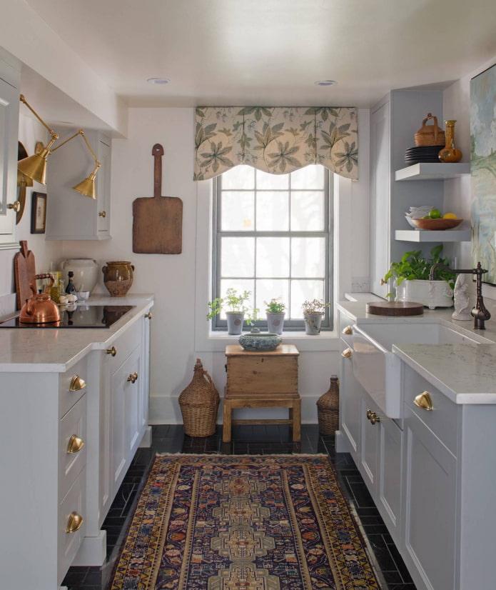 жесткий ламбрекен в интерьере кухни