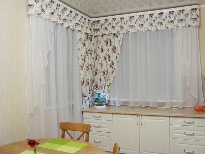 белые ламбрекены в интерьере кухни