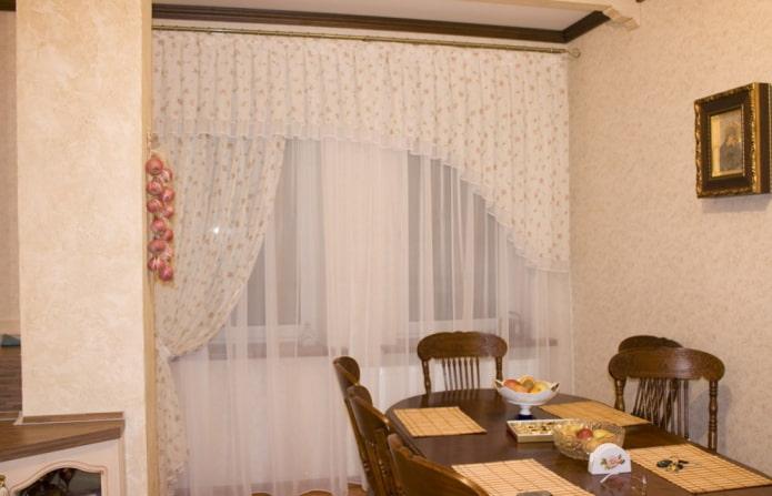 асимметричный ламбрекен в интерьере кухни