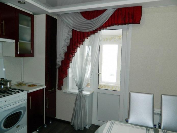 ламбрекены на окне с балконной дверью