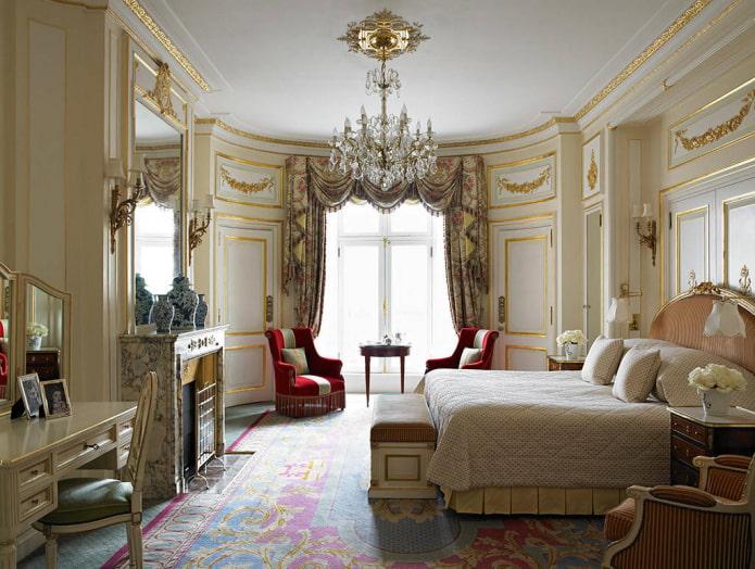 ламбрекены в классическом интерьере спальни