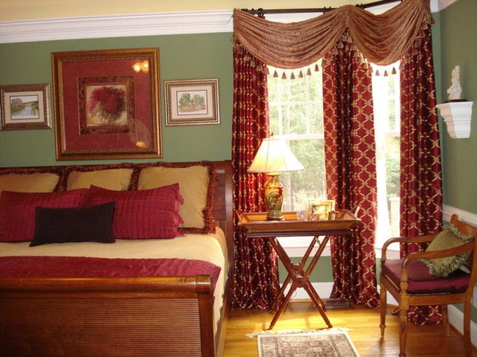 ламбрекены с кисточками в интерьере спальни