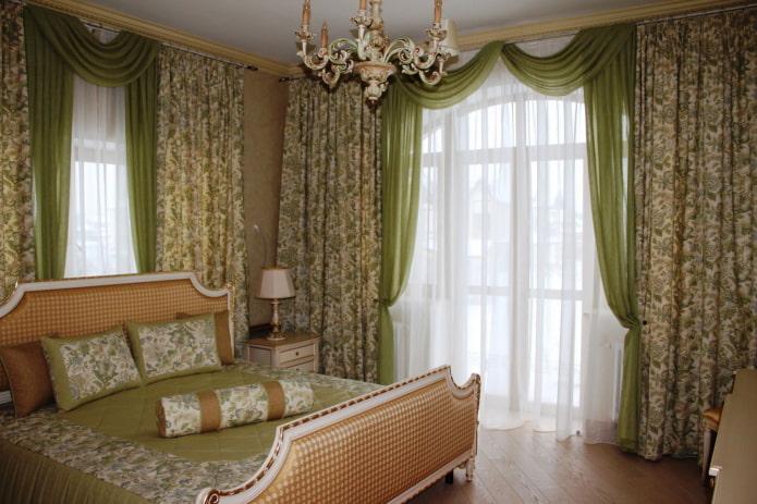 зеленые ламбрекены в спальне