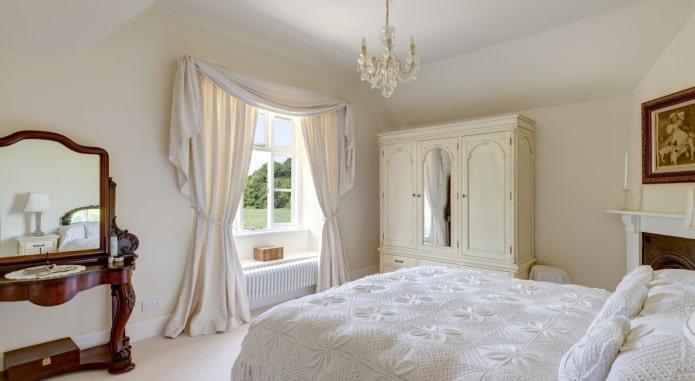 ламбрекен белого цвета в спальне