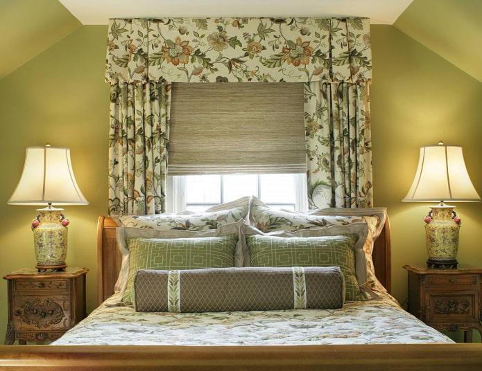 ламбрекен с цветочным рисунком в спальне